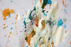 För vattenfärgmålarfärg för silver vita orange slaglängder för borste, toner, fläckar royaltyfri bild