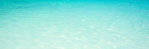 För vattenhav för turkos genomskinlig bakgrund, loppbegrepp royaltyfri fotografi