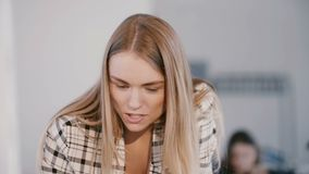 För vdaffärskvinna för närbild som ung säker positiv driftig kvinnlig ledare talar på det moderna ljusa kontorsmötet stock video