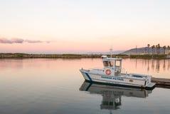För Ventura för hamnpatrull fartyg ansluten gryning hamn Arkivfoton