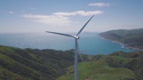 För vindturbin för antenn roterande generatorer 4k arkivfilmer