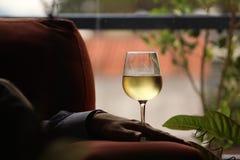 För vinexponeringsglas för man hållande kopp Arkivbild