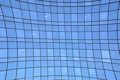 För vinkelstål för abstrakt illustration brett ljus - blå glass byggnad Royaltyfri Foto