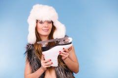 För vinterhatt för kvinna bärande skridsko för is hållande royaltyfri bild