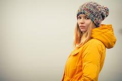 För vinterhatt för ung kvinna bärande kläder för mode Arkivfoton