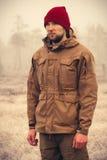 För vinterhatt för ung man som bärande bekläda är utomhus- Arkivbild