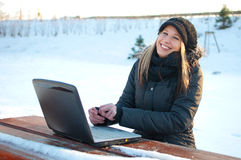 för vinterkvinna för bärbar dator le barn Royaltyfri Foto