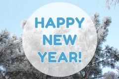 För vinterlandskapet för det lyckliga nya året kortet för bakgrund på pastellblått färgar Arkivbild