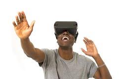 För virtuell verklighetvr 360 för afro- amerikansk man som bärande skyddsglasögon för vision tycker om videospelet Arkivfoto