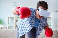 För virtuell verklighetvr för mannen som de bärande exponeringsglasen spelar boxning, spelar Royaltyfria Foton