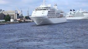 ` För viskning för silver för kryssningfartyg` på den Neva floden stock video