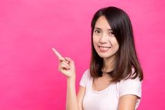 För visningfinger för ung kvinna punkt upp Royaltyfri Foto