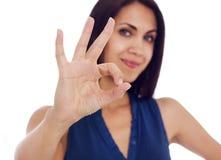 För visninghand för ung kvinna tecken för ok Royaltyfria Foton