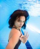 För visningok för ung kvinna undervattens- tecken fotografering för bildbyråer