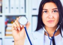 För visningstetoskop för medicinsk doktor för slut bakgrund upp i regeringsställning Läkare som är klar att undersöka patienten fotografering för bildbyråer