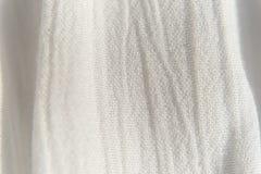 För vit tunt tyg bakgrundstextur för tyg, med vertikal ojämn fol royaltyfri foto