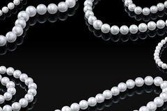 För vitpärla för lyx fastställd halsband på en svart bakgrund med den glansiga reflexions- och mellanrumsmallen för din design Royaltyfri Fotografi