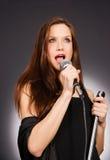 För vokalistkaraoke för attraktiv brunett kvinnlig musikalisk sångare Audio Royaltyfri Foto