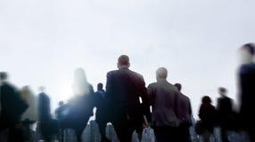 För Walkingn för affärsfolk begrepp för Cityscape pendlare fot- arkivfoto