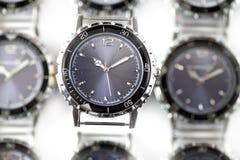 för watcheswhite för bakgrund tät övre wrist arkivfoto