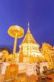 För watphrathat för natt ljus tempel för suthep för doi av Thailand Royaltyfri Fotografi
