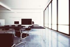 För wifizon för foto modern flygplats för kafé för vardagsrum med panorama- fönster Generiska designdatorer och generiskt vitt mö royaltyfri fotografi