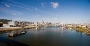 För Willamette för panoramautsiktPortland bro pråm flod royaltyfri bild