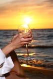 för winekvinna för strand härligt dricka barn Royaltyfria Bilder