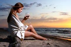 för winekvinna för strand härligt dricka barn Royaltyfri Foto