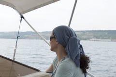 För yachtlopp för ung kvinna hav för destination arkivbilder