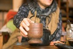 För yerbakompis för kvinna erbjudande drink royaltyfria foton