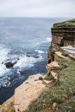 För Yesnaby för panoramaOrkney kustlinje landskap 7 klippa royaltyfri foto