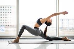 För yogafönster för ung härlig kvinna praktiserande sikt i bakgrunden svart isolerad begreppsfrihet Lugn och kopplar av, kvinnaly arkivfoto