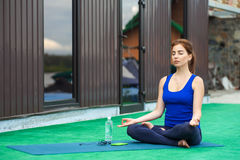 För yogakondition för ung kvinna praktiserande avancerad genomkörare 20 Arkivbilder