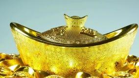 För zoom sikt ut av de kinesiska guldtackorna arkivfilmer