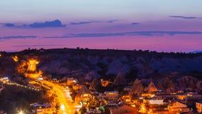 För zoom timelapsesikt ut av den Goreme byn med härlig himmel i Cappadocia på natten i Turkiet arkivfilmer