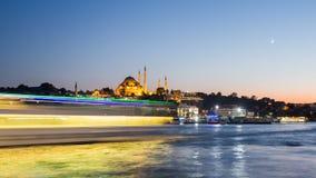 För zoomen timelapsesikten ut av Istanbul cityscape med den Suleymaniye moskén med turisten sänder att sväva på Bosphorus på natt arkivfilmer