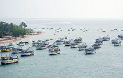 förankrad fiska panorama- havstrawlerssikt Arkivfoto
