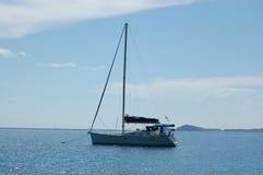 förankrad segelbåt Arkivbilder