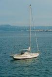 Förankrad segelbåt Royaltyfri Foto