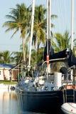 förankrad seglingyacht Royaltyfri Bild