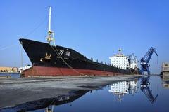 Förankrad ship i port av Dalian Royaltyfria Bilder