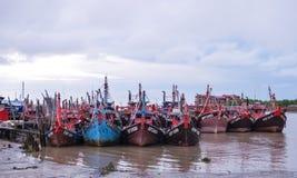 Förankrade fiskebåtar på stöttar hon Arkivfoto