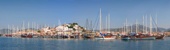 förankrade hamnsegelbåtar Royaltyfri Bild