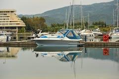 förankrade marinayachter Segelbåthamnen, förtöjde många seglar yachter i havsporten, modern vattentransport, sommartidsemester Royaltyfri Bild