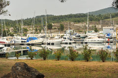 förankrade marinayachter Segelbåthamnen, förtöjde många seglar yachter i havsporten, modern vattentransport, sommartidsemester Fotografering för Bildbyråer