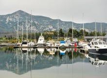 förankrade marinayachter Segelbåthamnen, förtöjde många seglar yachter i havsporten, modern vattentransport, sommartidsemester Royaltyfria Foton