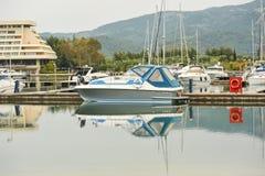 förankrade marinayachter Segelbåthamnen, förtöjde många seglar yachter i havsporten, modern vattentransport, sommartidsemester Arkivfoton