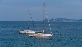 Förankrade segelbåtar Arkivbild