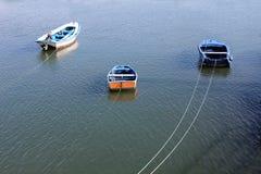Förankrade små fiskebåtar Arkivbilder